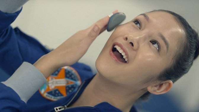 Model applies Air Cushion in zero gravity,in IOPE's latest advertising campaign